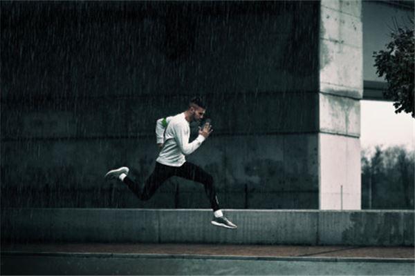 梦见自己被别人追一直跑