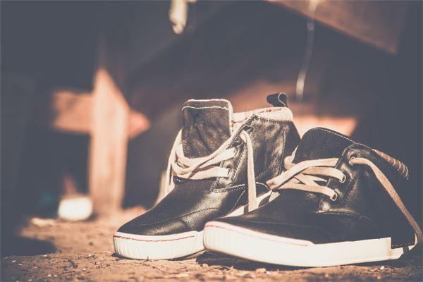 梦到两只鞋子不是一双