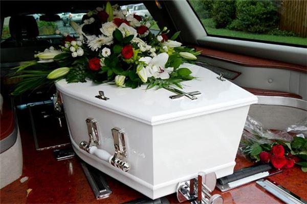 女人梦见别人的骨灰盒